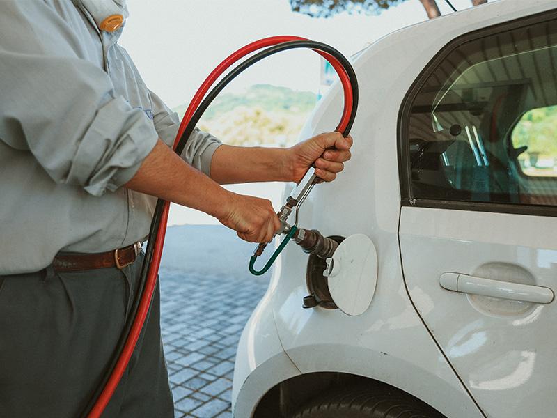 Cliente mette rifornisce diesel auto
